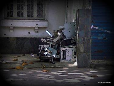 abandonados em uma calçada do bairro nobre de Lourdes, em Belo Horizonte.